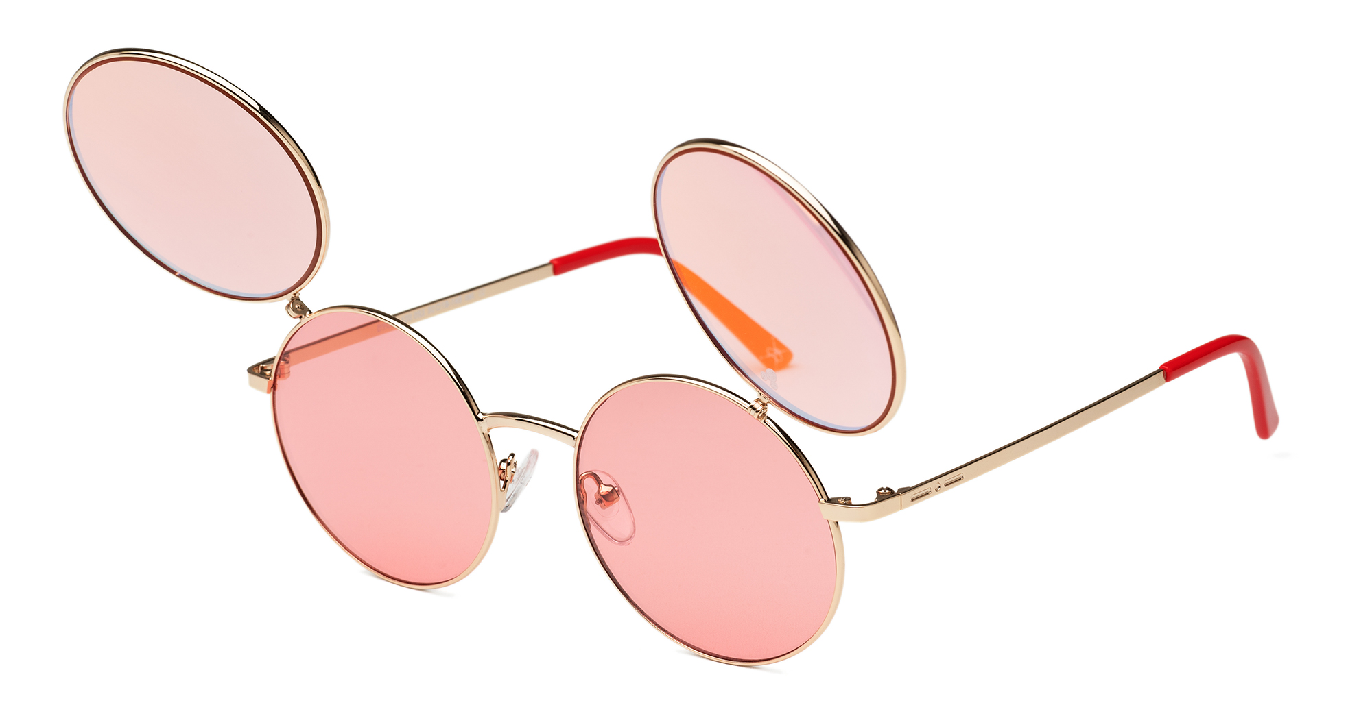 fb3f3d841e La característica particular de este modelo es el flip up: superposición de  dos pares de lentes que, cuando se abren, recuerdan las orejas del Ratón  Mickey.